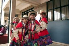 Inheemse Peruviaanse groep jonge meisjes vóór 'Wayna Raimi ' stock fotografie