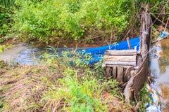 Inheemse Thaise vissenval die van geweven bamboe met blauw nylon Ne wordt gemaakt royalty-vrije stock fotografie