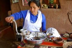 Inheemse vrouw van Peru dat cacao maakt Stock Fotografie