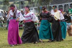 inheemse vrouwelijke dansers die bij een rodeo presteren Stock Foto