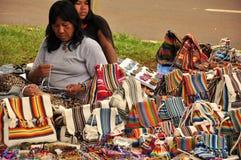 Inheemse vrouwen die de traditionele met de hand gemaakte zakken van Zuid-Amerika verkopen stock fotografie