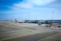 Inhemsk flygplats för Kingsford smed, bildshowen en körd väg i solskendag royaltyfri fotografi