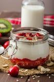 Inhemsk körsbärsröd yoghurt royaltyfri bild