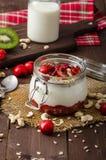 Inhemsk körsbärsröd yoghurt arkivbilder