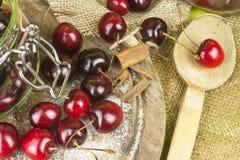 Inhemsk produktion av körsbärsrött driftstopp Nytt valda körsbär som är klara för på burk Royaltyfri Bild