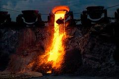 Inhemsk slaggurladdning på järngjuterit, industriellt landskap royaltyfri foto