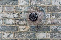 Inhemskt avgasrörlufthål på en tegelstenvägg Royaltyfria Bilder