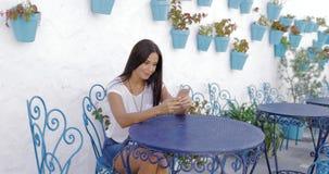 Inhoudsmodel met telefoon in tuin stock videobeelden