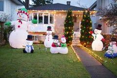 Inhysa alla som ut prydas för jul med snowmen Fotografering för Bildbyråer