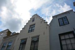 Inhysa fasaden i den gamla staden av Middelburg i Nederländerna arkivfoton