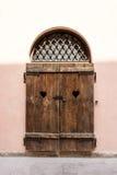 Inhysa fasaden med den låsta träslutaren, främre sikt Royaltyfria Bilder