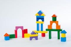 Inhysa isolerad vit bakgrund för leksaken kvarter, litet trähem Royaltyfri Fotografi