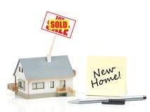 Inhysa modellen med det sålda tecknet - nytt hem Arkivbild