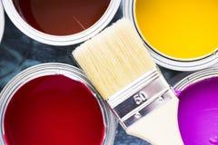 Inhysa renoveringbegreppet, måla cans och borstar arkivbild