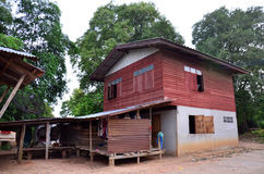 Inhysa wood thailändsk stil på Pon den ngoy byn i Surin Thailand Fotografering för Bildbyråer