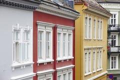 Inhyser den traditionell norrman färgade klassikern fasader i Bergen Arkivfoton