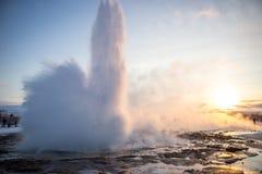 InIceland de la erupción de Geysir contra puesta del sol Foto de archivo