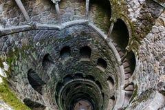 Iniciación Wells Profundo bien en el territorio de Quinta da Regaleira La escalera espiral vieja va abajo Fotos de archivo libres de regalías