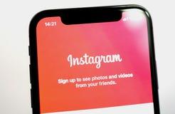 Inicio de sesión social de la red de Instagram en el nuevo smartp del iPhone X de Apple Fotos de archivo libres de regalías
