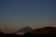 Inierie-Vulkan in Flores lizenzfreie stockfotos