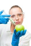 Iniezione del dollaro nella mela verde Fotografie Stock