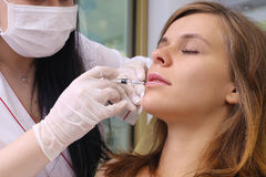 Iniezione del riempitore di procedura nella clinica di bellezza Immagine Stock