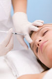 Iniezione di Botox - donna in salone cosmetico Fotografia Stock