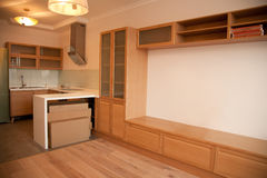 Ininterior der Küche kombiniert mit Sitzenraum Lizenzfreies Stockfoto
