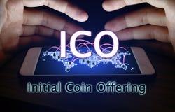 Initial smartphone för skydd för mynterbjuda och handman med IC royaltyfria foton