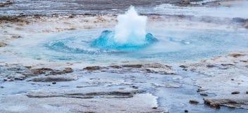 Initial start av en jätte- geyser, Island fotografering för bildbyråer