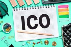 Initialt erbjuda f?r mynt ICO med kontorshjälpmedel på blå bakgrund Begrepp av valet ICO royaltyfria foton