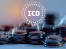 Initialt mynt som erbjuder ICO-glöd som ledas över bunt av silver- och bronsmyntsamkopieringen med aktiemarknadforexgrafen royaltyfri fotografi