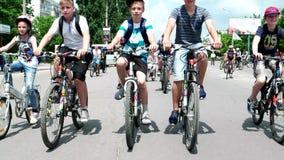 Inizi a ciclare per gli adolescenti, una colonna dei bambini sulle bici che guidano intorno alla città, fermando le automobili ed archivi video