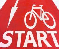 Inizi i segni grafici bianchi della freccia con la bicicletta Fotografia Stock Libera da Diritti