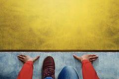 Inizi il fondo, punto di vista superiore dell'uomo sulla linea di inizio, l'affare Challe Fotografia Stock