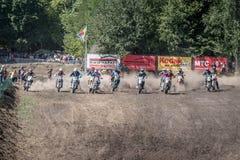 Inizi la corsa alle bici di motocross della pista di corsa Fotografia Stock Libera da Diritti