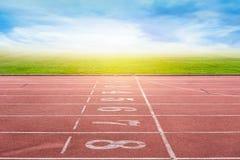 Inizi la pista corrente in stadio o nel parco di sport Fotografia Stock Libera da Diritti