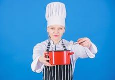 Inizi lentamente a sbattere la montatura o battere della crema La mano di uso sbatte Punte e trucchi della panna da montare Cuoco immagini stock libere da diritti