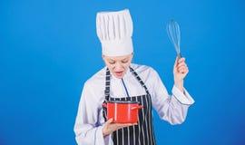 Inizi lentamente a sbattere la montatura o battere della crema Punte e trucchi della panna da montare La mano di uso sbatte Cuoco immagini stock