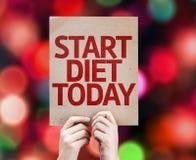 Inizi oggi la dieta per cardare con fondo variopinto con le luci defocused Fotografie Stock Libere da Diritti