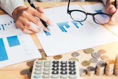 Inizi in su l'attività punto di penna della tenuta per discutere il grafico su e giù di economia e di lavoro sulla tavola immagini stock libere da diritti