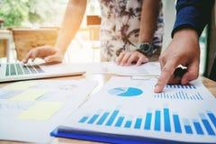 Inizi sui colleghi del gruppo di affari ad incontrare la strategia di pianificazione anale immagine stock