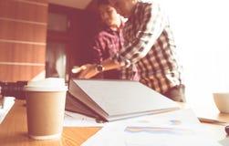 Inizi sulla riunione del gruppo con il caffè e la carta su priorità alta Fotografie Stock