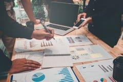Inizi sulla riunione del gruppo di affari a lavorare alla nuova identificazione di progettazione di affari immagini stock libere da diritti