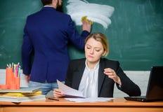 Iniziare ad imparare più Uomo d'affari e segretaria Lavoro di ufficio Vita dell'ufficio le coppie di affari usano il computer por immagini stock libere da diritti