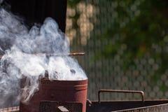 Iniziare il carbone del BBQ in camino immagini stock