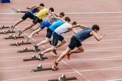 Inizio degli sprinter degli uomini a 100 metri Fotografie Stock