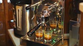 Inizio del barista per preparare un doppio caffè espresso video d archivio