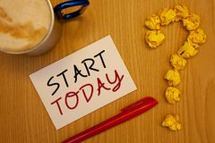 Inizio del testo di scrittura di parola oggi Il concetto di affari per l'iniziato comincia ora i phraseIdeas motivazionali ispira Immagini Stock