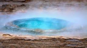 Inizio dell'eruzione del geyser di Strokkur Fotografia Stock